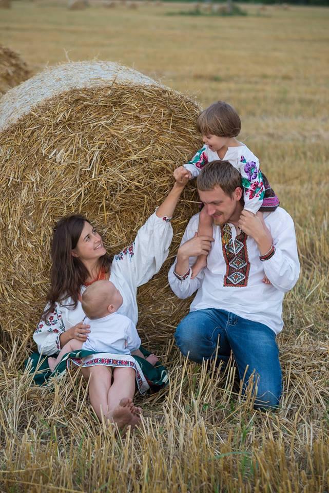 Колорит, дитячий сміх та писанки – (не) звичайна коломийська сім'я готується до Великодня