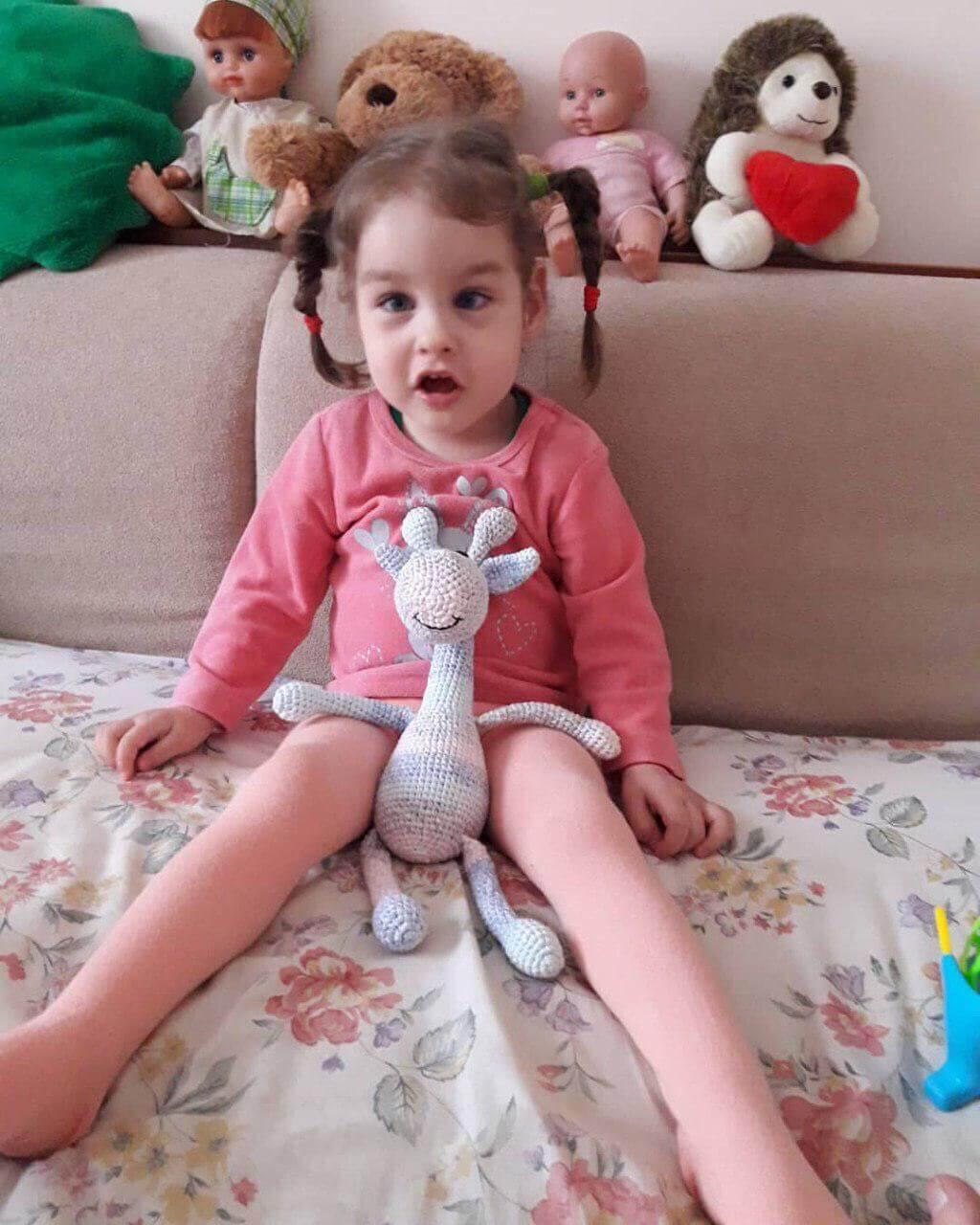 Трирічна крихітка чекає Вашого подарунка на свій День народження