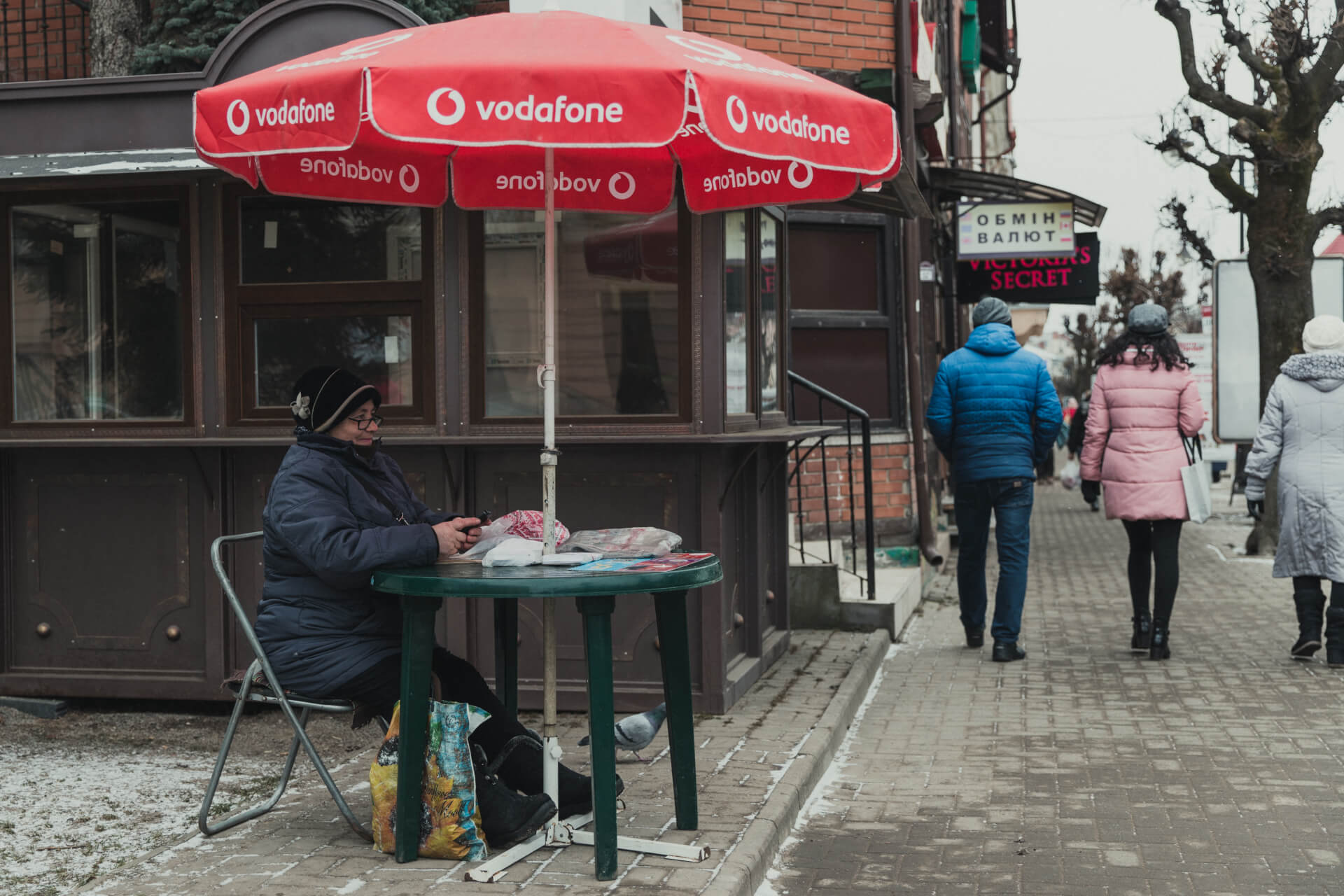 Загадкова жінка із червоною парасолькою: хто вона?