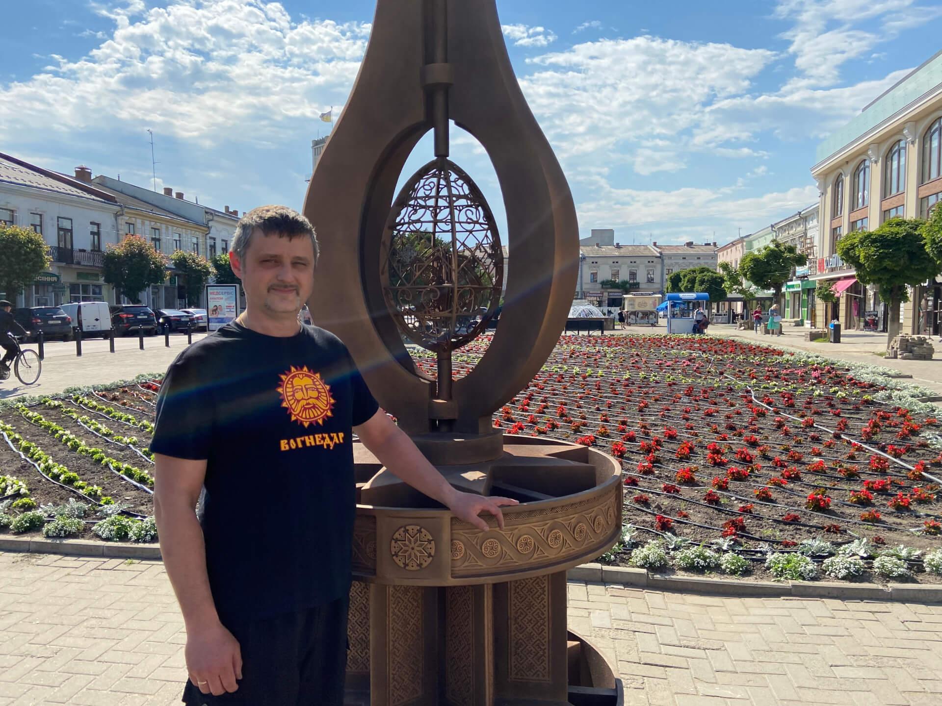 """""""Я вирішив зробити так, щоб люди могли торкнутися  писанки"""", — коваль Олександр Коврига про монумент у середмісті Коломиї"""