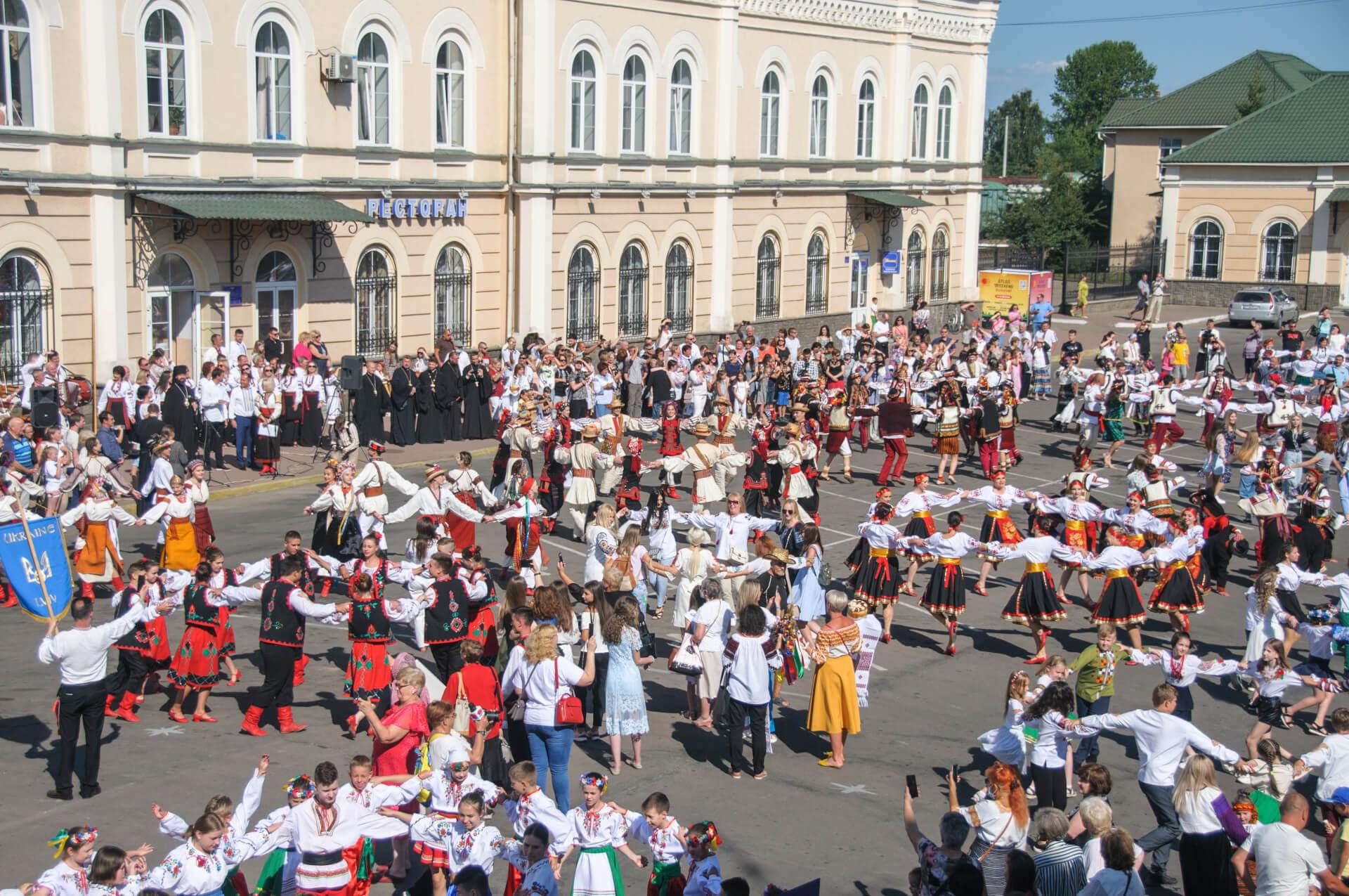 У Коломиї встановили рекорд: 1000 людей танцювали коломийку. Фоторепортаж