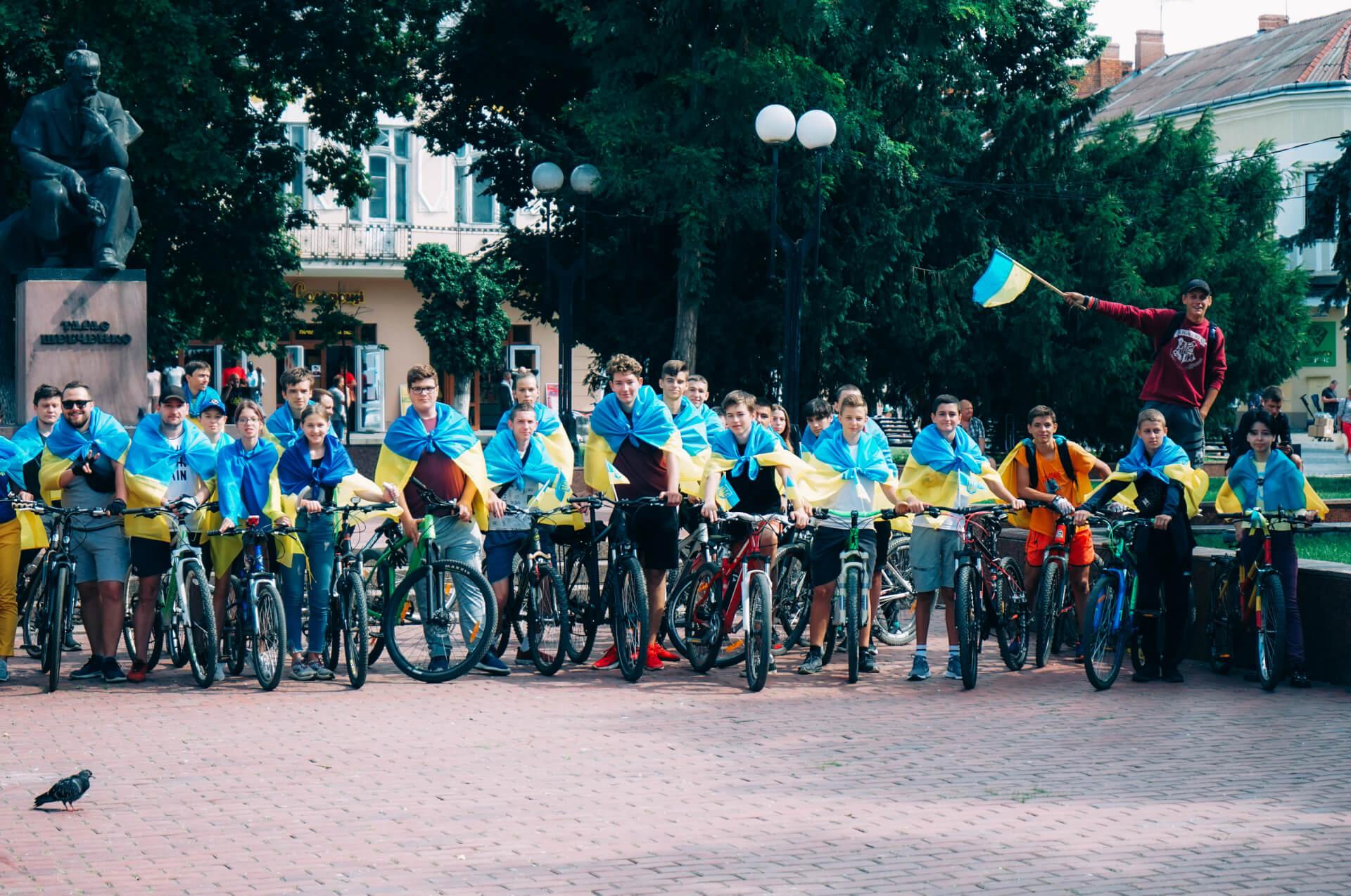 У Коломиї відбувся велозабіг до Дня прапора. Фоторепортаж