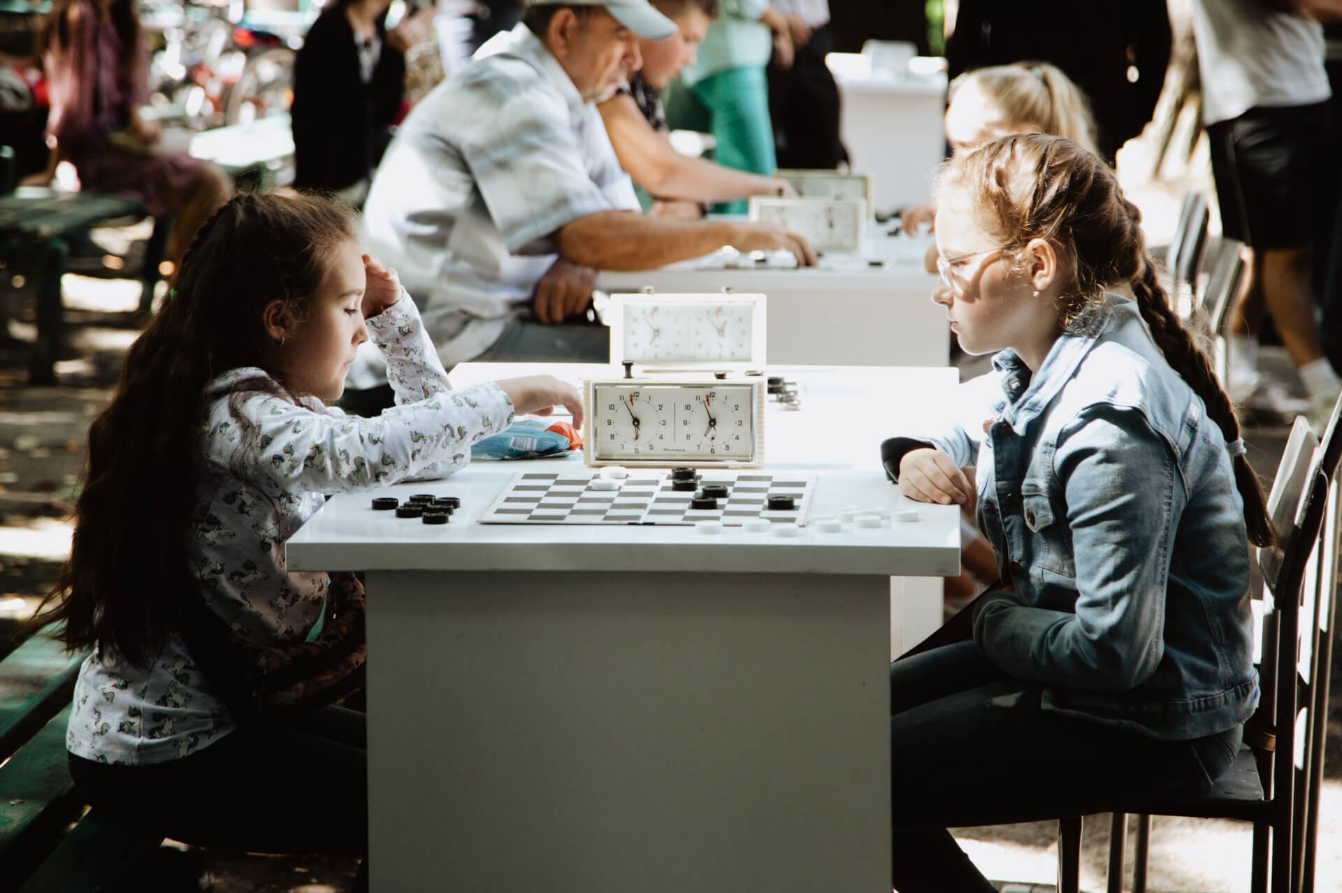 У Коломиї відбувся турнір із шашок, один з переможців отримав велосипед. Фоторепортаж