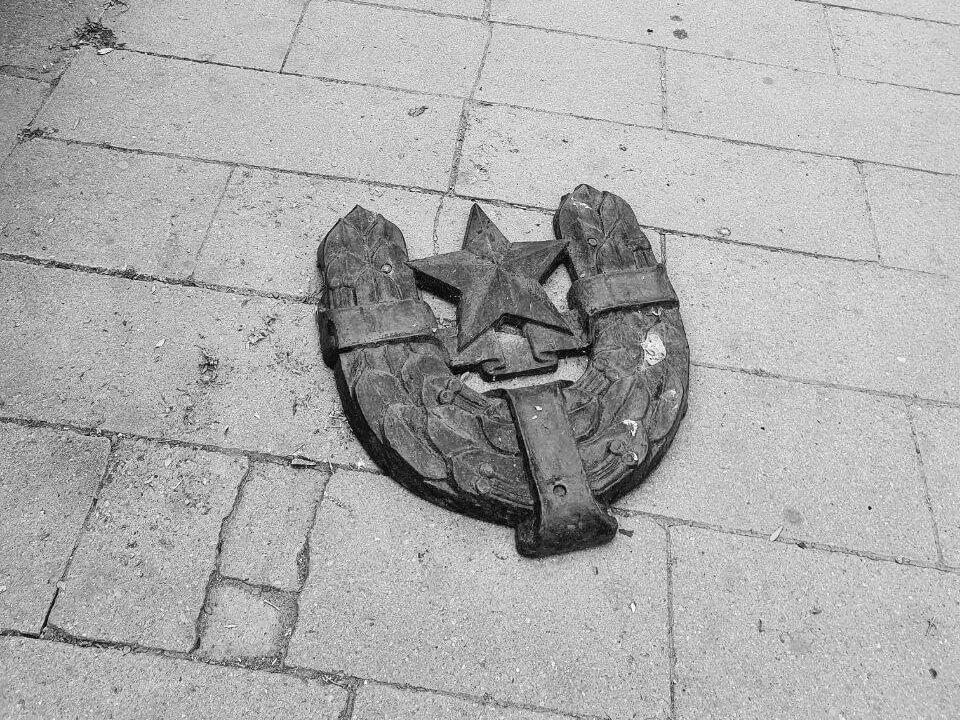У Коломиї відбувся зорепад комуністичних символів. Історія Площі Героїв